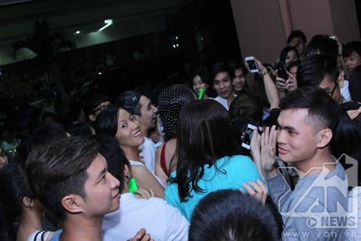 Fans vây kín Tóc Tiên sau chương trình - Tin sao Viet - Tin tuc sao Viet - Scandal sao Viet - Tin tuc cua Sao - Tin cua Sao