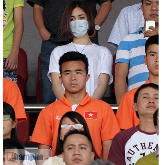 Để tránh sự chú ý từ giới truyền thông, Hoà Minzy đeo khẩu trang và chọn chỗ ngồi ở vị trí khá cao trên khán đài