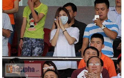 Hoà Minzy đứng bật dậy và liên tục vỗ tay cổ vũ các tuyển thủ U23 Việt Nam