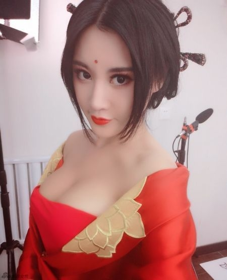 Cô đang theo học tại trường Đại học Bắc Kinh, Trung Quốc và được mệnh danh mỹ nhân số một trường này