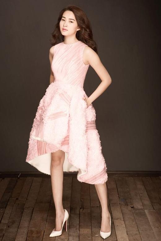 Hoa hậu Đặng Thu Thảo sở hữu chiều cao 1m73 với đôi chân thon dài rất cân đối với cơ thể. - Tin sao Viet - Tin tuc sao Viet - Scandal sao Viet - Tin tuc cua Sao - Tin cua Sao