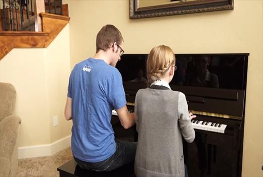 Hai anh em cùng chơi piano