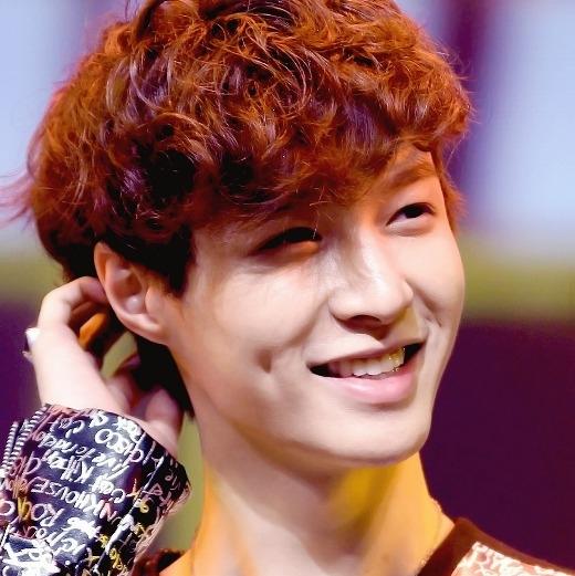 """Gương mặt điển trai, hiền lành của Lay (EXO) đã rất thu hút, anh chàng lại còn sở hữu thêm lúm đồng tiền vô cùng """"đắt giá""""."""