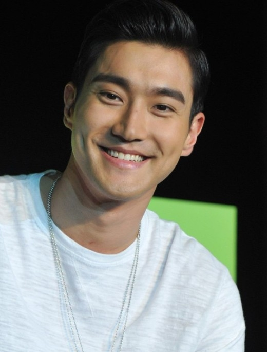 """Giữ vai trò gương mặt đại diện của Super Junior, lúm đồng tiền giúp Siwon """"đánh lạc hướng"""" sự chú ý vào khuôn miệng không được đẹp của anh mỗi khi cười."""