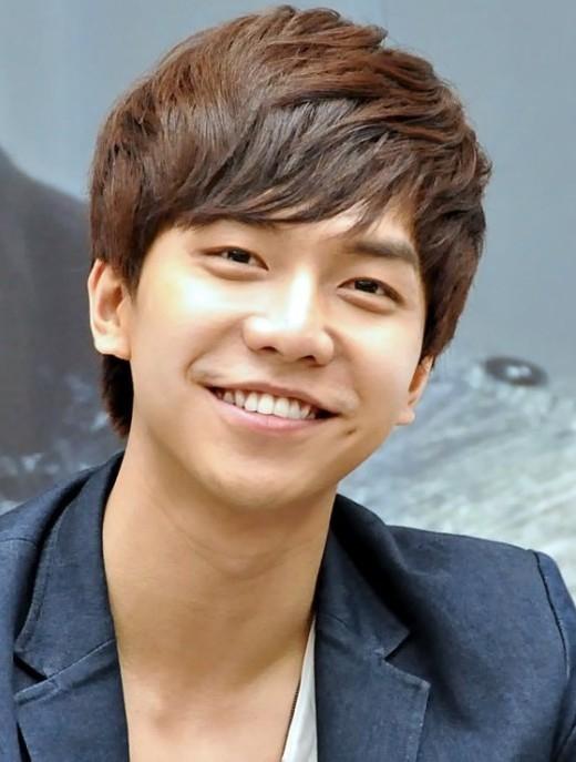"""Không hồ danh là """"con rể quốc dân"""", Lee Seung Gi gây ấn tượng với các bà mẹ bằng gương mặt hiền lành với nụ cười và lúm đồng tiền rất duyên."""