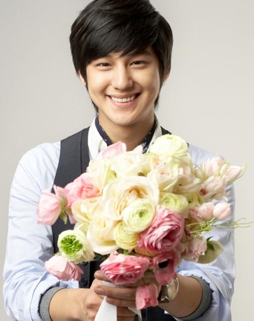 """Bên cạnh vẻ ngoài """"xinh trai"""", Kim Bum còn sở hữu nụ cười cùng lúm đồng tiền ngọt lịm khiến fan nữ không khỏi """"phát cuồng""""."""