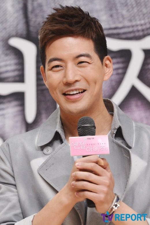 """Trong Angel Eyes, không chỉ nhân vật nữ mà các khán giả cũng """"không cưỡng"""" lại được nụ cười ngọt ngào cùng lúm đồng tiền thiên phú của Lee Sang Yoon."""