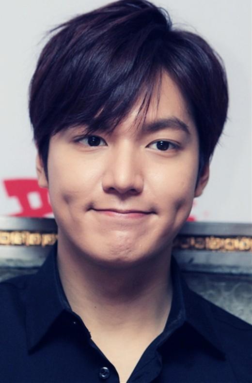 Nhan sắc của nam thần Lee Min Ho không thể bàn cãi, anh chàng còn được ưu ái sở hữu thêm lúm đồng tiền cả hai bên má.