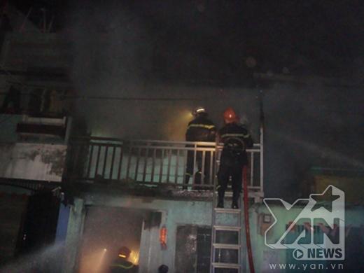 Sau khi dập tắt đám cháy cơ quan chức phát hiện 3 người bị thương nặng. Ảnh: Đặng Thanh