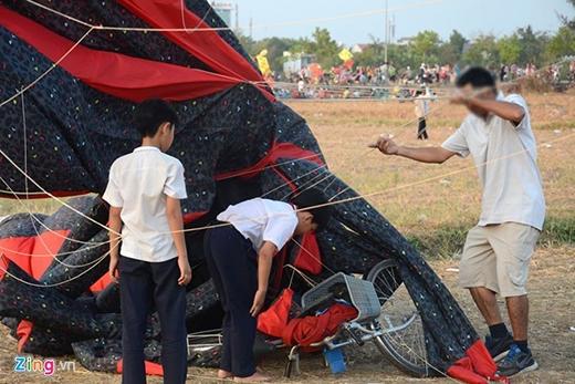 Một chiếc diều lớn mắc vào xe đạp khi sà xuống sát mặt đất. Ảnh: Lê Quân