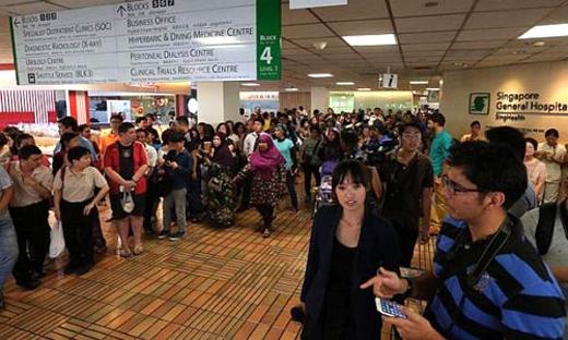 Người dân và các nhà báo tập trung tại Bệnh viện Đa khoa Singapore sau khi có thông tin sức khỏe cựu thủ tướng Lý Quang Diệu chuyển biến xấu.