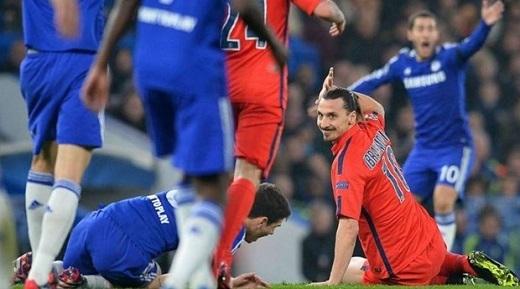 Ibra sau tình huống phạm lỗi với Oscar của Chelsea và nhận thẻ đỏ.