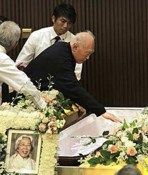 Ông Lý nhìn mặt vợ lần cuối trong lễ tang của bà Chi tháng 10/2010.