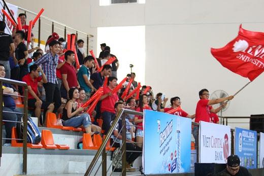 Trường đại học RMIT nhuộm đỏ một góc khán đài với đồng phục và cờ hiệu của trường tung bay phấp phới.