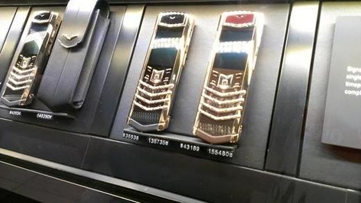 Vertu mạ vàng được bày bán khắp nơi.
