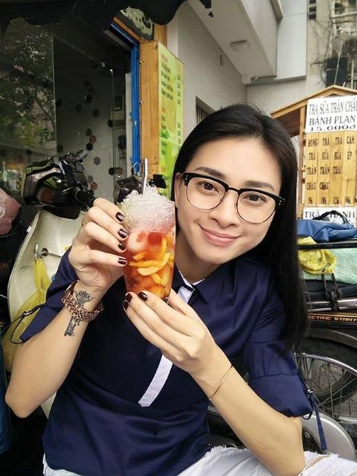 Ngô Thanh Vân gợi ý cho các fans một món ăn phù hợp với thời tiết Sài Gòn trong những ngày hè nóng bức. Món cocktail trái cây là một trong những món ăn vặt khoái khấu mà 'đả nữ' lựa chọn cho mình.