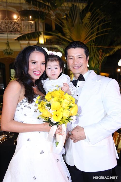 Bebe Phạm - Dustin Nguyễn tươi tắn khi chụp ảnh cùng con gái cưng. - Tin sao Viet - Tin tuc sao Viet - Scandal sao Viet - Tin tuc cua Sao - Tin cua Sao