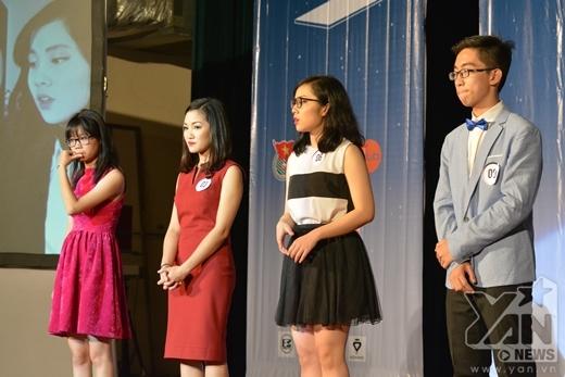 Các thí sinh lắng nghe nhận xét từ Ban giám khảo.