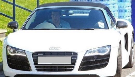 Gareth Bale sử dụng Audi R8 màu trắng. Để sở hữu chiếc xe này, anh phải chi ra 120.000 bảng. Là cầu thủ có mức phí chuyển nhượng kỷ lục thế giới (100 triệu euro), nhưng Bale không lọt danh sách 10 cầu thủ bóng đá giàu nhất thế giới theo công bố của trang Goal.