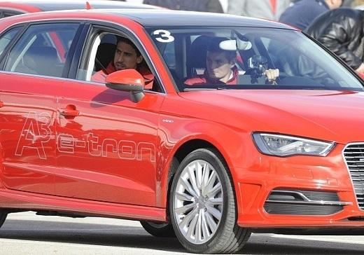 Tiền vệ người Đức Toni Kroos sử dụng chiếc Audi. Phóng viên chụp được cảnh anh đưa đồng hương Khedira đến trung tâm huấn luyện Ciudad.