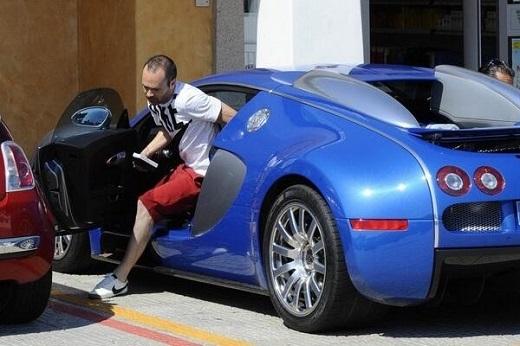 Iniesta sở hữu siêu xe Bugatti Veyron với giá 2 triệu euro. Đây là xế hộp đình đám trong giới cầu thủ ở Tây Ban Nha.