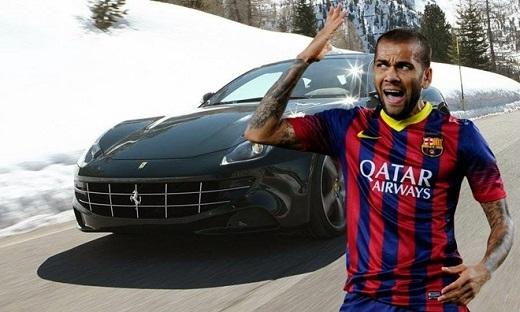 Với mức lương 120.000 bảng tuần, Daniel Alves dễ dàng sở hữu siêu xe hàng đầu thế giới. Anh thể hiện sự chịu chơi khi mua Ferrari FF với giá khoảng 300.000 bảng.