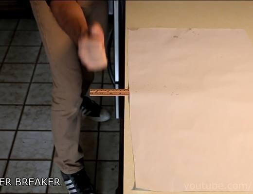 Dùng giấy chặn thước, xong dùng tay chặt
