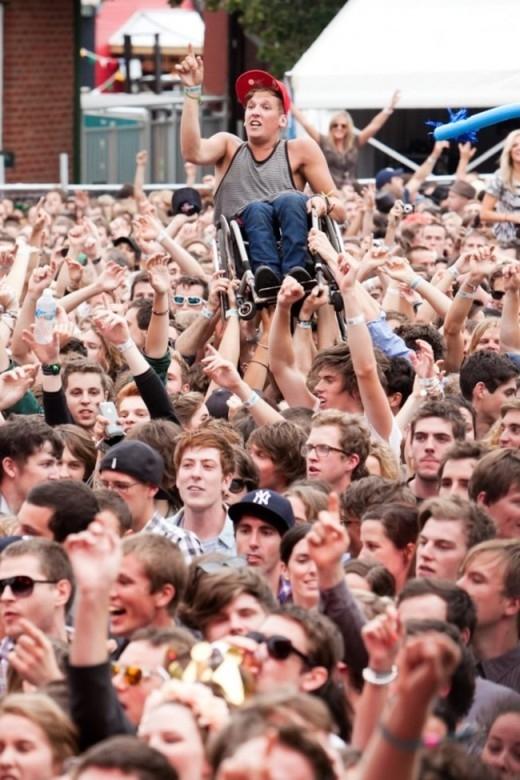 Đám đông này đã nhấc bổng một anh bạn ngồi xe lăn lên vì nghĩ rằng anh ấy cũng xứng đáng xem một buổi diễn như họ. Hạnh phúc thực sự chính là khi ta được sẻ chia sở thích, niềm vui của mình với người khác.