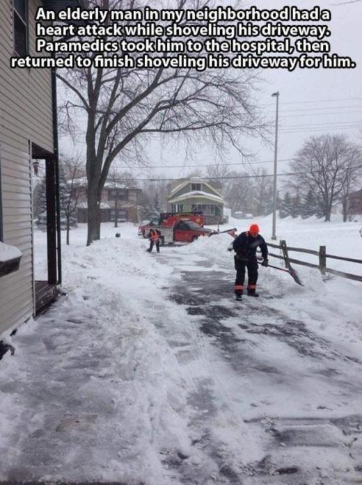 Khi một ông cụ bị đau tim trong lúc đang cào tuyết trên đường đi của mình, các nhân viên y tế đã đến đưa ông đi bệnh viện. Sau đó, họ quay lại và hoàn tất nốt công việc dọn dẹp tuyết thay ông.