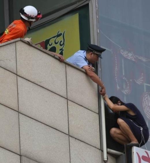 Khi giúp đỡ một cô gái có ý định tử tử quay trở lại vào tòa nhà, vị cảnh sát này đã tự còng tay mình vào tay cô gái để cô an tâm khỏi nỗi sợ hãi rằng mình đang đơn độc.