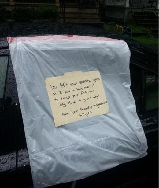 Một hành động nhỏ có thể làm cho một ngày của ai đó tươi vui hơn. Mảnh giấy này ghi lại rằng: 'Tôi thấy bạn để cửa kính mở nên tôi đã phủ một cái túi bên ngoài để bên trong được khô ráo. Chúc ngày mới vui vẻ!'