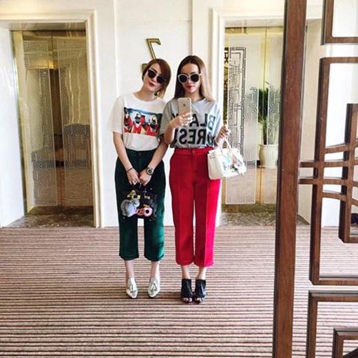 Yến Trang - Yến Nhi cá tính và xinh xắn với kiểu quần đôi ấn tượng. Không biết 2 chị em dự định đi đâu mà lại xúng xính trang phục, phụ kiện và cả đồ đôi cho mình như thế?