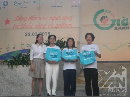 Chị Đinh Thị Vũ Trinh - người sáng lập ra chương trình trao tặng quà cho ca sĩ Lê Cát Trọng Lý và những đại diện các Trung tâm người khuyết tật.