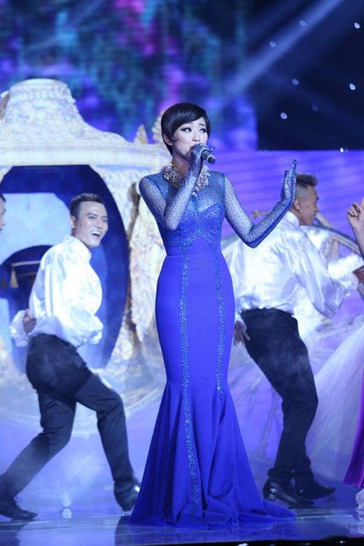 """Nhà thiết kế Lý Quí Khánh tiếp tục đồng hành và """"hóa phép"""" cho cô với thiết kế đuôi cá xanh coban."""