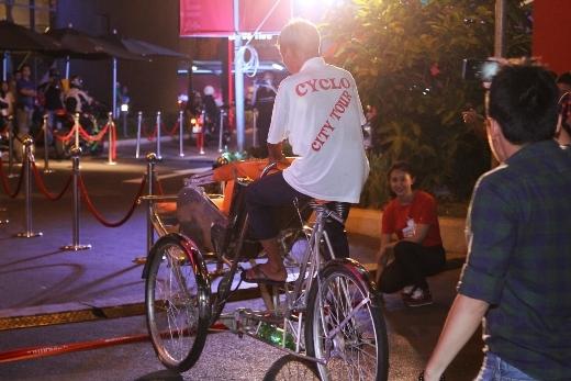 Không chỉ người đi xe máy, xe đạp mà có cả những bác xe ôm cũng đến tham gia xếp hàng