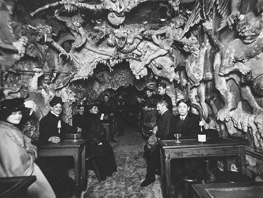 Những vị khách đang ngồi tại quán cà phê Địa ngục - nơi đã bị đóng cửa vào giữa thế kỷ 20.