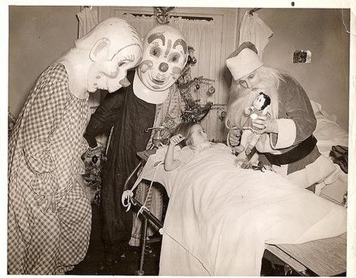 Hai chú hề và ông già Noel đến thăm một bênh nhân nhí.