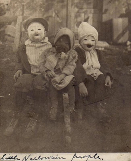 Trẻ em chơi lễ Halloween.
