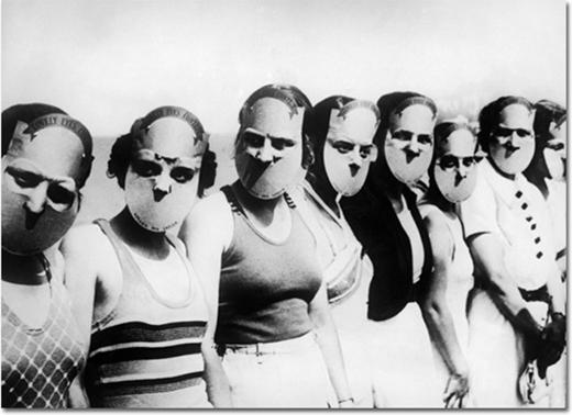 Các thí sinh tại cuộc thi 'Hoa hậu với đôi mắt đáng yêu' ở Florida. Họ đeo mặt nạ chỉ lộ ra đôi mắt để các giám khảo dễ chấm điểm.