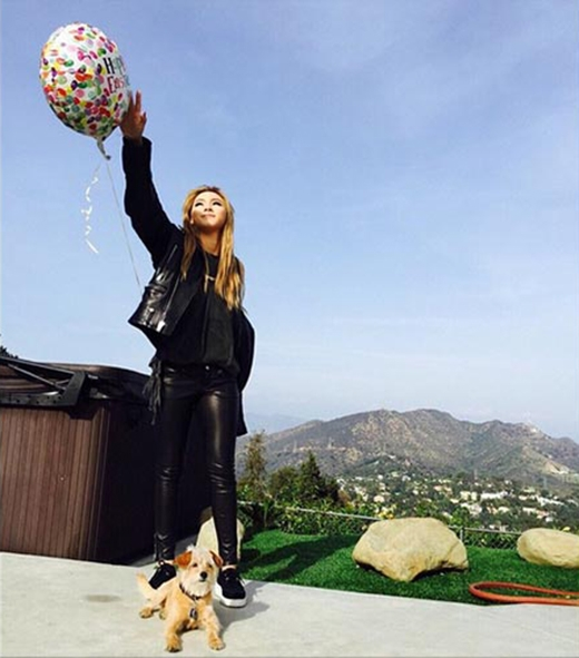 CL đăng tải bức ảnh cực đẹp giữa thiên nhiên và thú cưng