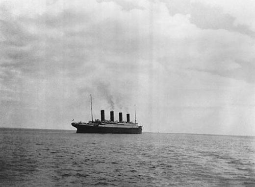 Bức ảnh cuối cùng của con tàu nổi tiếng Titanic trên mặt nước vào năm 1912 trước khi nằm lại mãi mãi dưới đáy Đại Tây Dương.