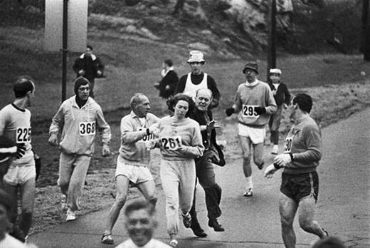 Với việc phụ nữ bị cấm chạy đua cho đến năm 1972, bức ảnh này ghi lại những người trong ban tổ chức đang cố gắng kéo cô Katherine Switzer ra khỏi cuộc chạy Marathon ở Boston vào năm 1967.