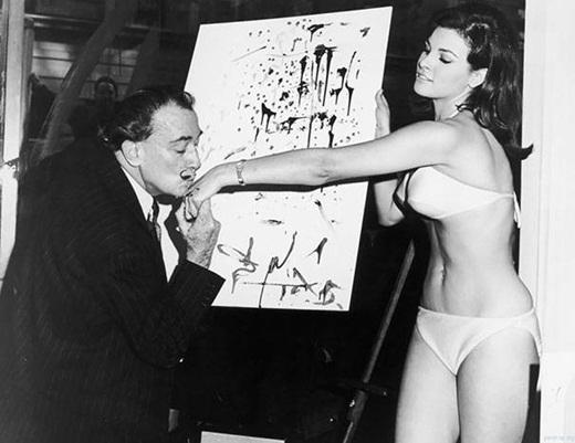 Salvador Dali và Raquel Welch sau khi hoàn thành bức họa chân dung nổi tiếng cho cô.