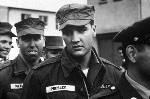 Ông hoàng nhạc Rock n RollElvis Presley trong quân đội vào năm 1958.