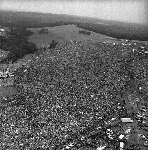 Một biển người khổng lồ trong đại nhạc hội rock Woodstock đầu tiên vào năm 1969.