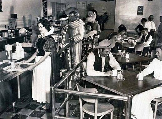 Những nhân viên của Disney trong căn tin một quán cà phê vào năm 1961.