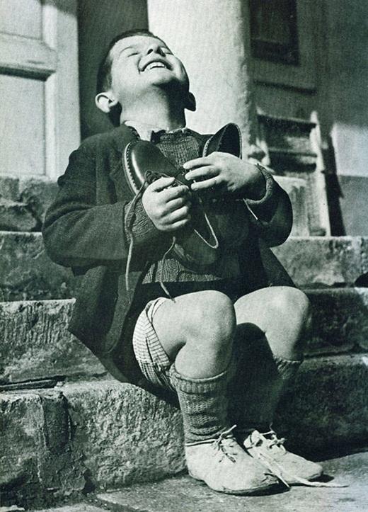 Một cậu bé người Áo vui sướng vì có một đôi giày mới trong khoảng thời gian Thế chiến thứ hai.