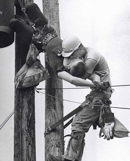 Một công nhân đã hô hấp nhân tạo cho đồng nghiệp của mình sau khi anh này bị ngất vì tiếp xúc với dòng điện cao thế(1967).