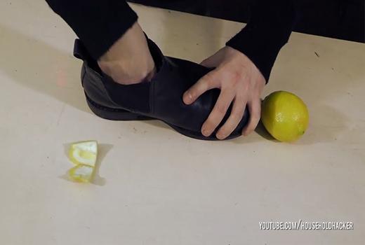Bỏ vỏ chanh khử mùi giày.