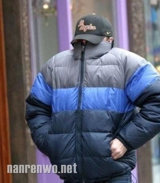 Leonardo DiCaprio đặc biệt nổi tiếng là rất ghét paparazzi và rất khó để chụp được mặt diễn viên khi anh có những sinh hoạt đời thường trên phố.